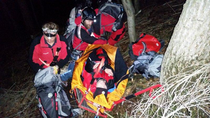Verletzte wird in die Gebirgstrage eingebracht